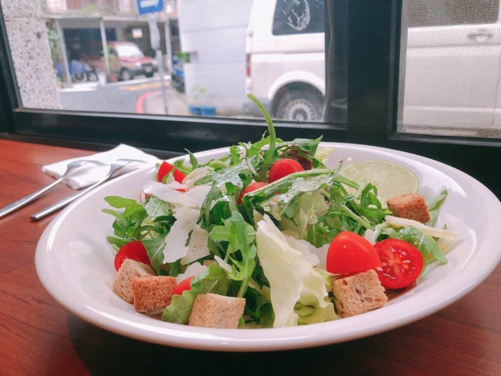 台北|大安區|big table 每天都想吃的美味.自家烘培三明治早午餐-芝麻葉沙拉