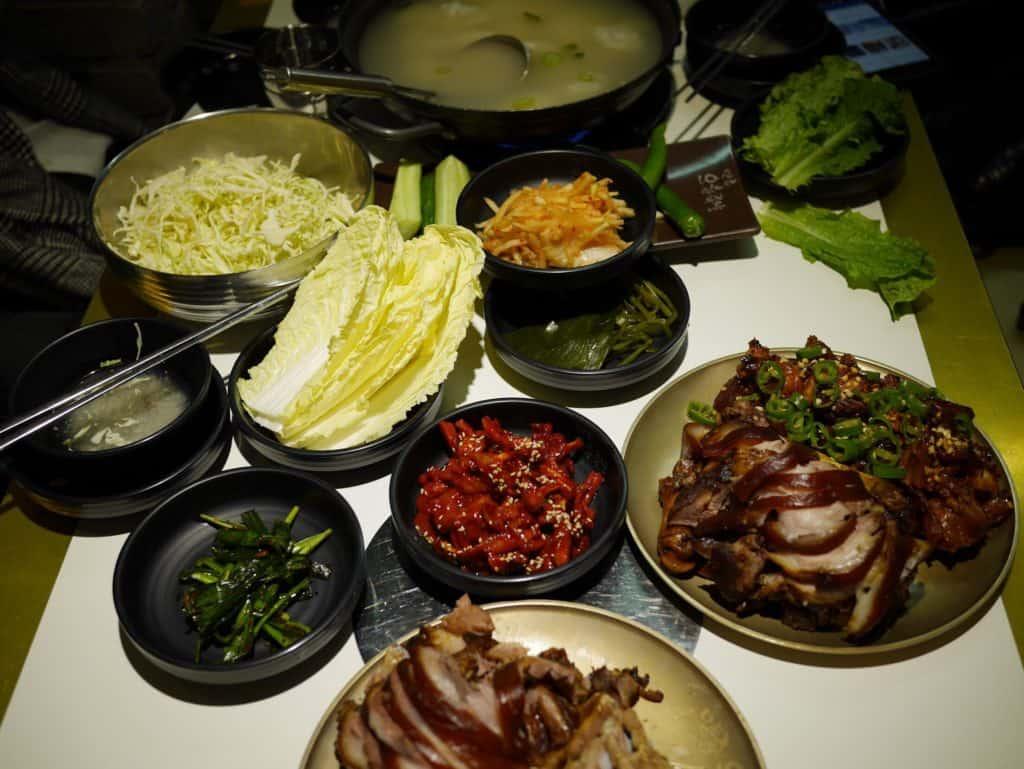 首爾|垂涎三尺絕不誇張!米其林美食-韓國滿足五香豬腳- 滿桌菜