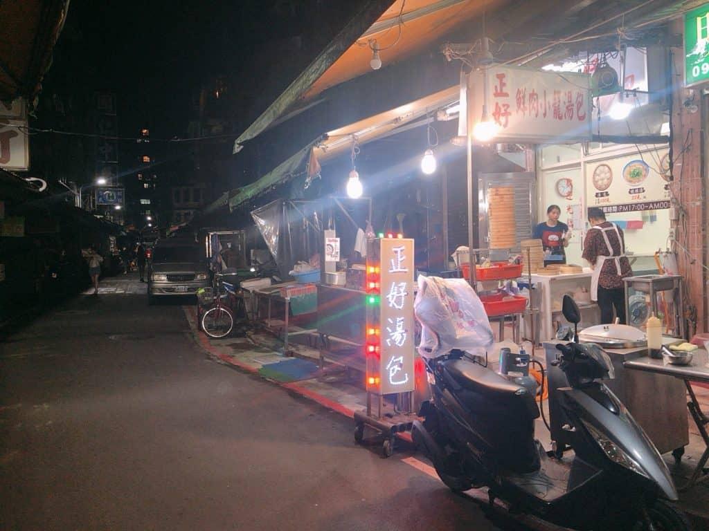 正好鮮肉小籠包 深藏於台北夜市巷內,沒有華美的裝潢,唯有簡單的招牌燈與台式裝潢