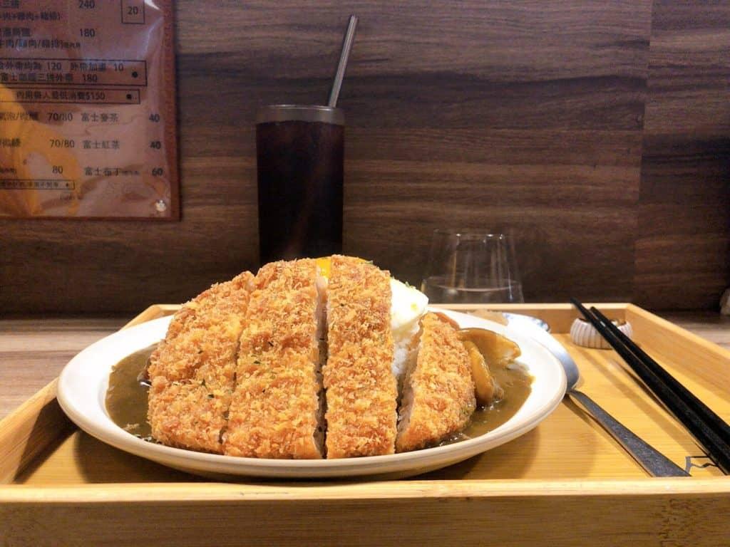 富士咖哩fuji curry-厚實的豬排咖哩,高高的豬排都把其他地方遮光光拉!