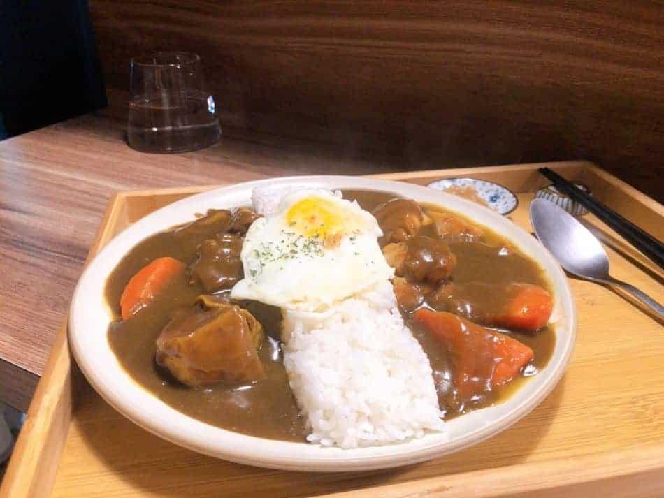 富士咖哩 fuji curry-雙拼咖哩+全熟蛋,濃黑的咖哩醬搭上誘白的白飯香氣四溢。