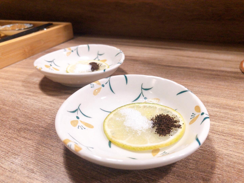 ▲富士咖哩fuji curry-飯後解膩甜點-白糖檸檬片佐咖啡粉。