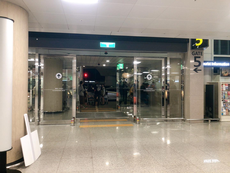 濟州島機場GATE5一出境就在正對面,這個出口出去右側便是600站