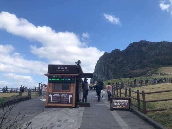 城山日出峰 檢票口,這裡也有標示左側(往海邊)是不用門票的,右側往山上去就需要票囉!